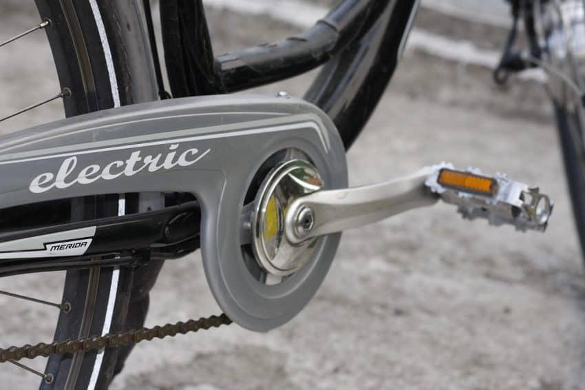 Detalhe do pedal da bicicleta com a palavra elétrica escrita em inglês.