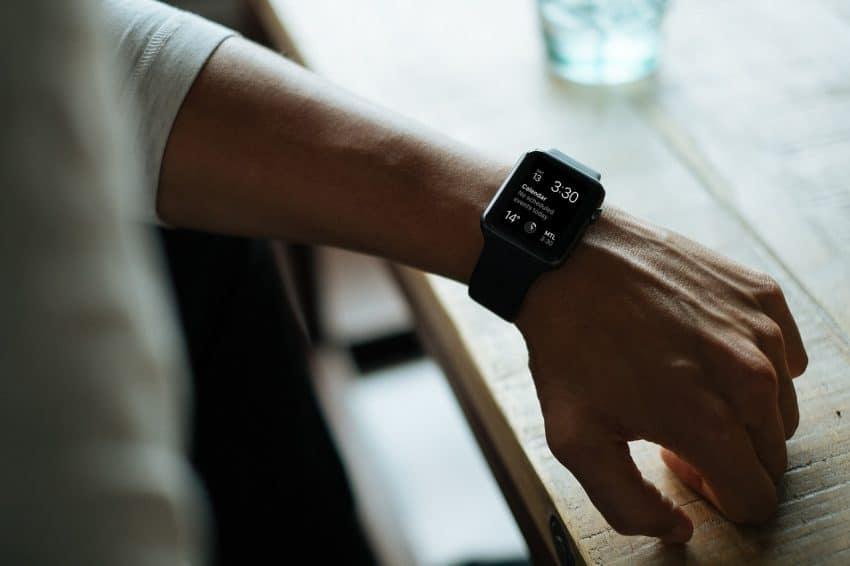 Homem com smartwatch no pulso.