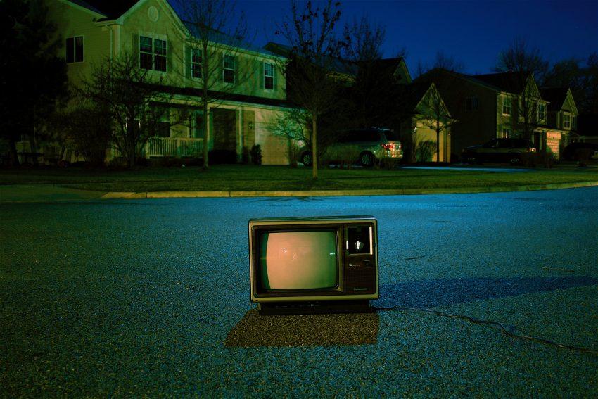 TV tubo, velha, no meio da estrada.