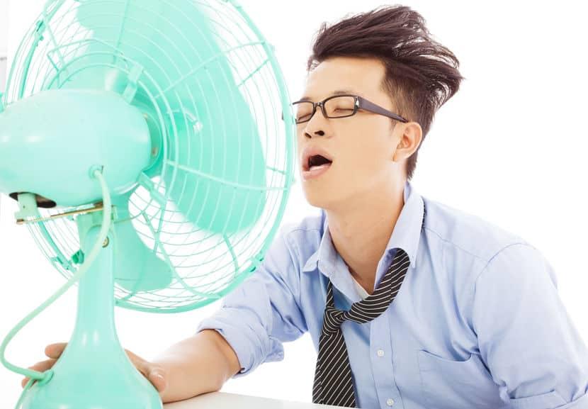 homem em frente a um ventilador verde