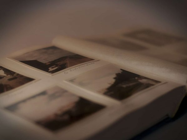 Foto de um álbum de fotos em cima de uma mesa.