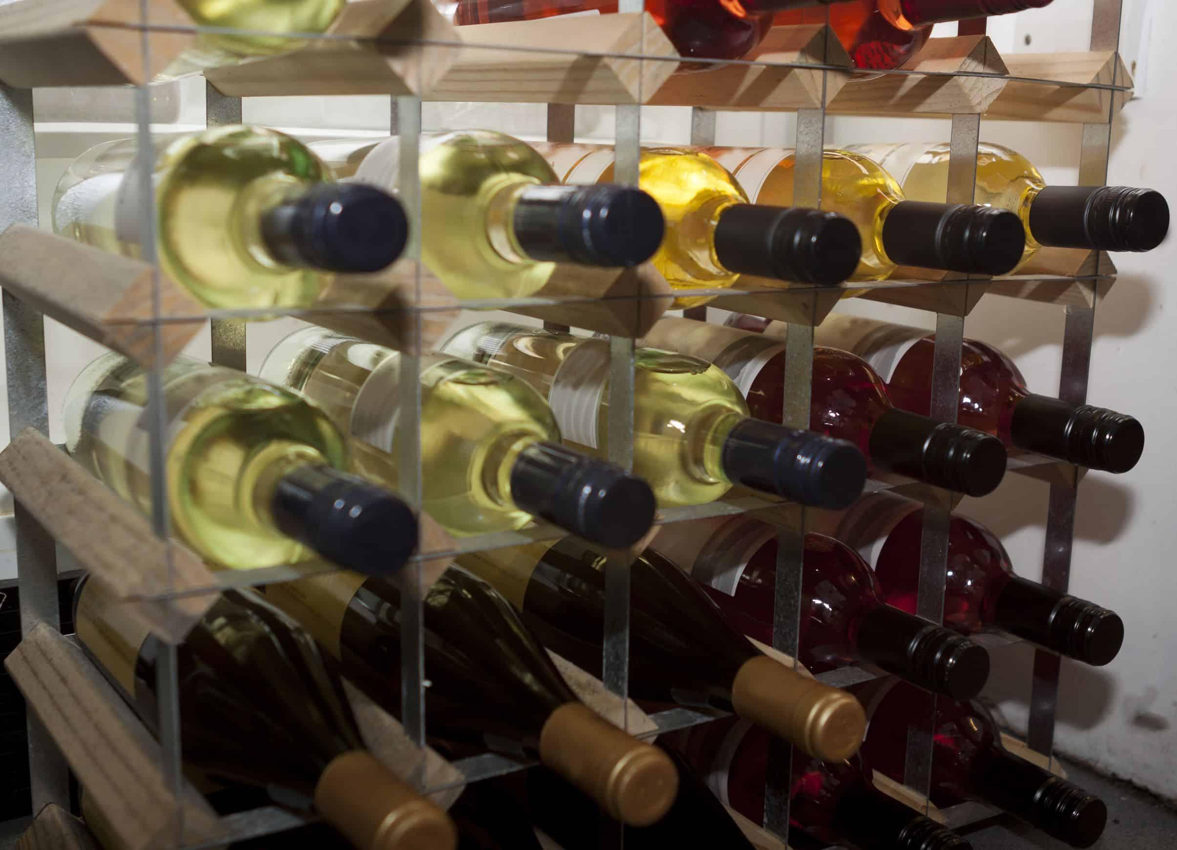 Adega com vinhos em close