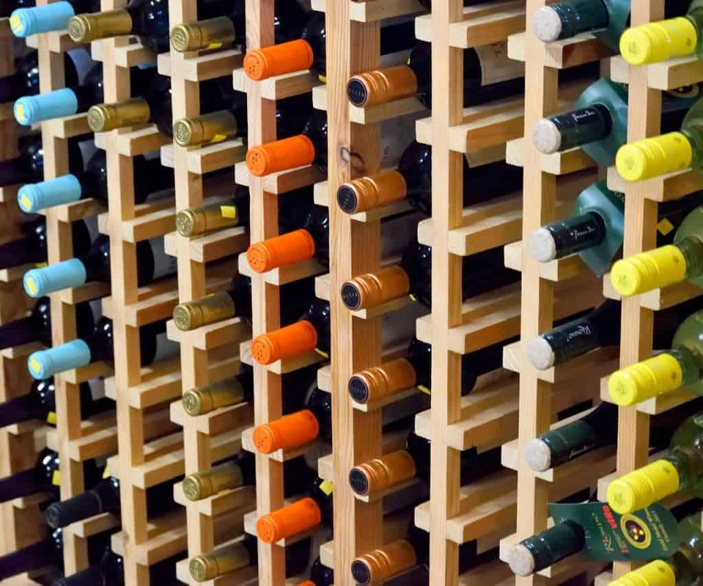 Vinhos em adega de madeira