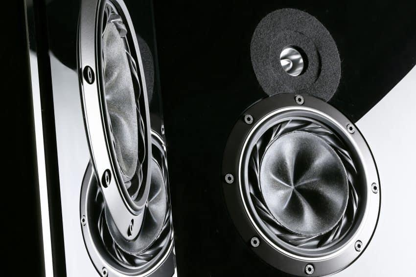 Imagem de um close nos alto-falantes da caixa de som.