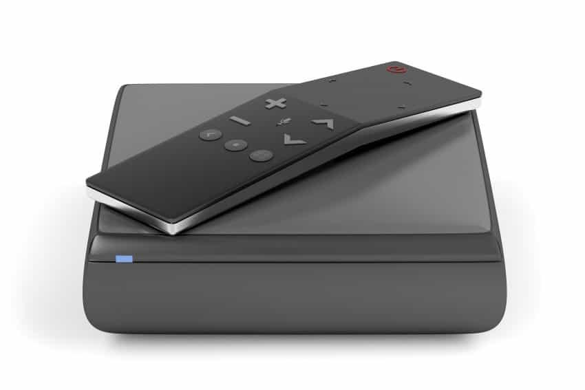 Imagem mostra um aparelho smart Tv box com controle.