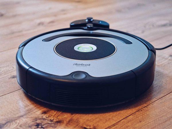 Imagem mostra um aspirador de pó robô, que faz a limpeza da casa sozinho.