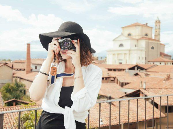 Imagem mostra uma mulher tirando fotos.