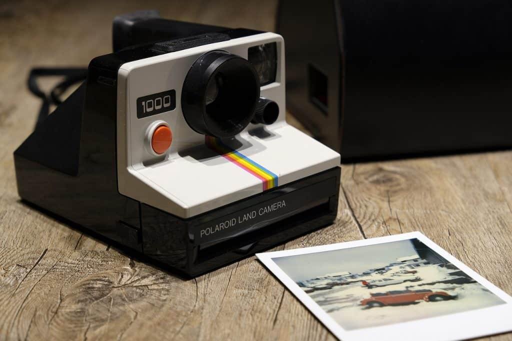 Câmera Polaroid com foto revelada
