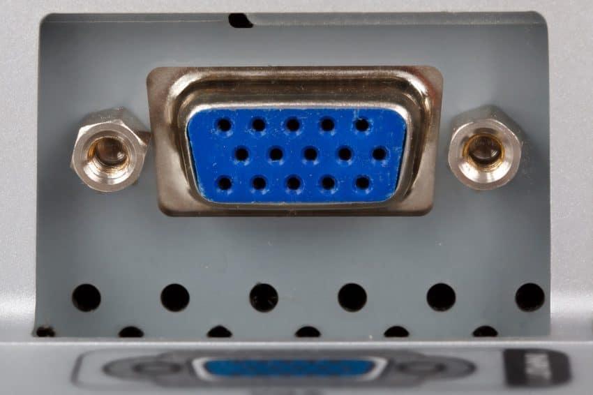 Imagem em close de uma entrada para cabo VGA.