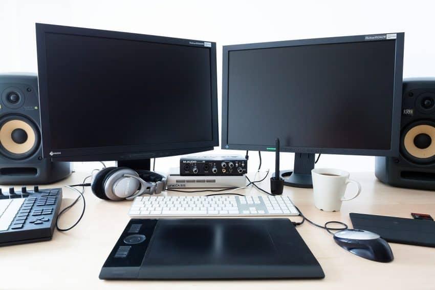 Computador de mesa e acessórios, como caixa de som, teclado e mouse.