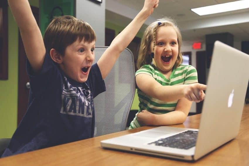 Crianças brincando no notebook.