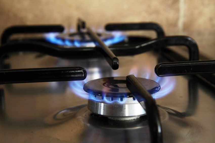 Imagem mostra bocas de fogão a gás acesas.
