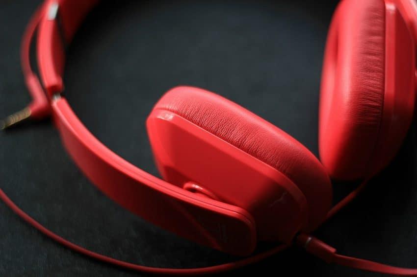 Fone de ouvido vermelho com cabo.
