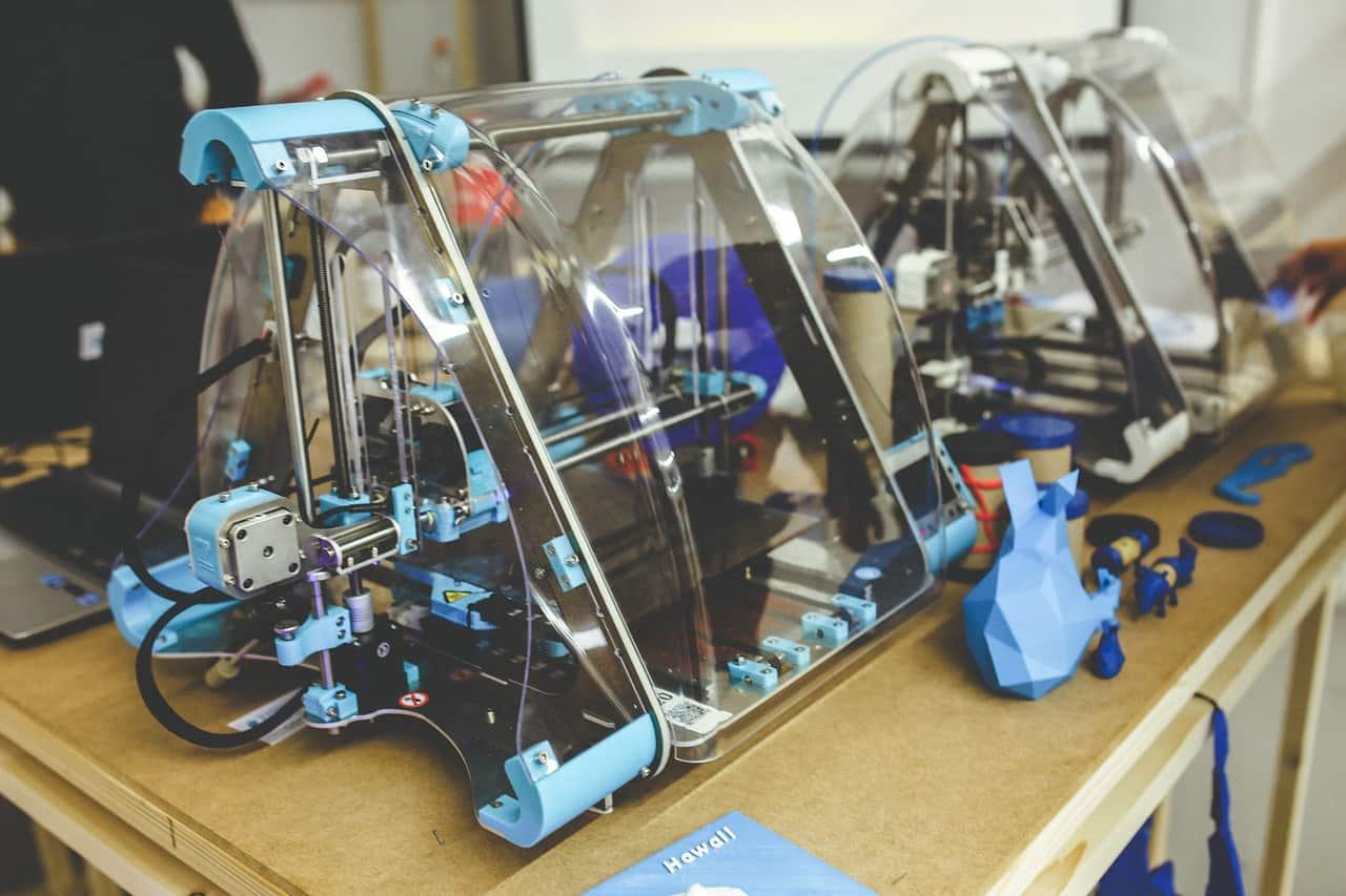 Imagem mostra duas impressoras 3D.