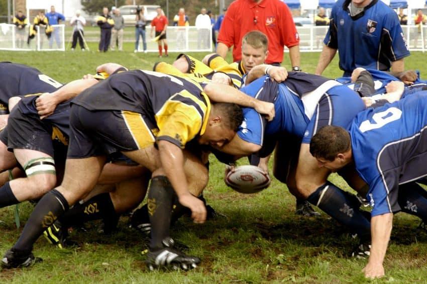 Jogadores de rugby disputando pela bola.