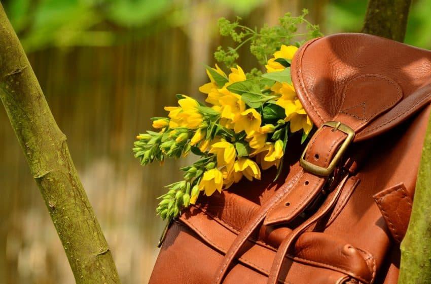 Mochila feminina de couro legítimo na cor marrom com flor.