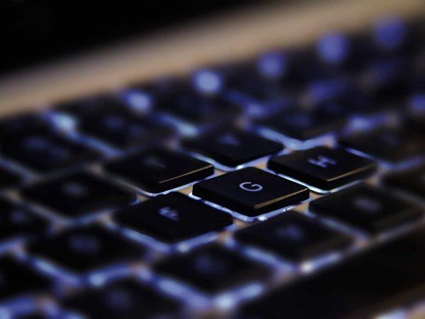 Imagem em zoom de teclado do modelo luminoso, com luz em azul.
