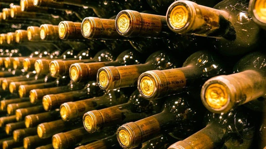 Vinhos expostos em uma adega
