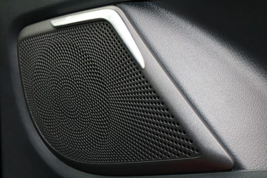 Alto-falante instalado na porta frontal de um carro.