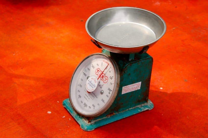 Imagem mostra uma balança analógica.