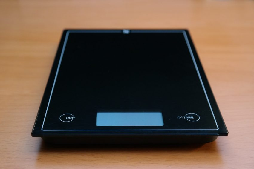 Imagem mostra uma balança digital horizontal para cozinha.
