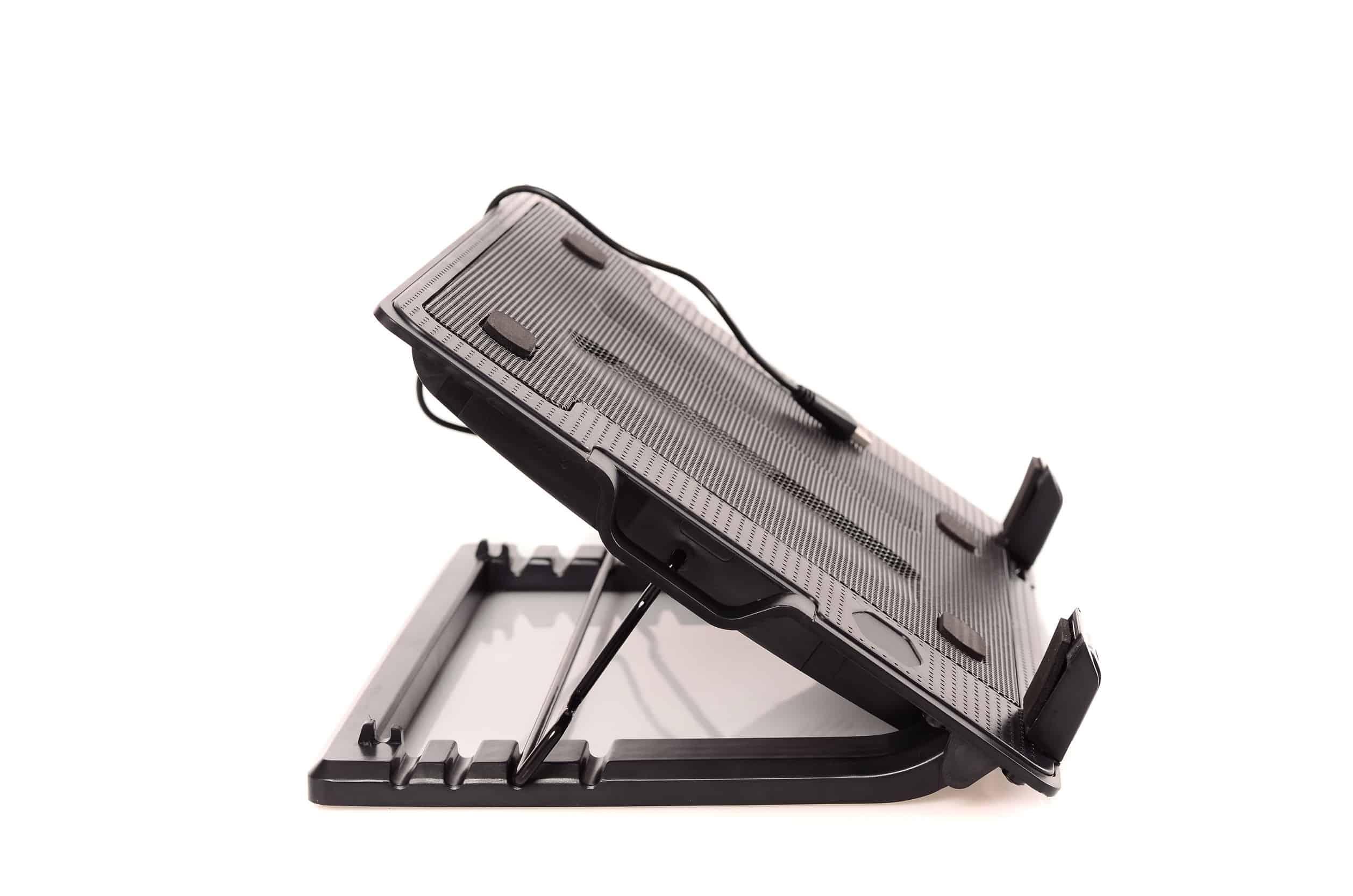 Base para notebook com regulagem de altura em visão lateral sobre fundo branco