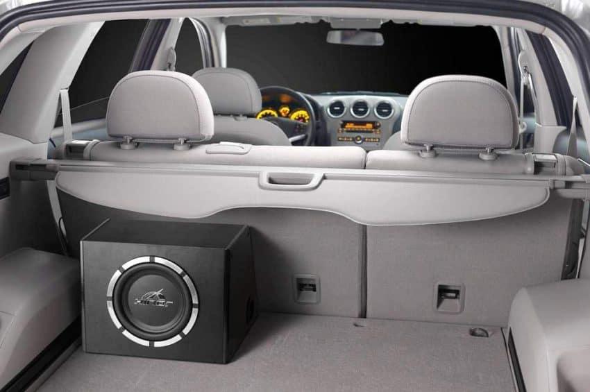 caixa de som automotivo no porta malas de um carro
