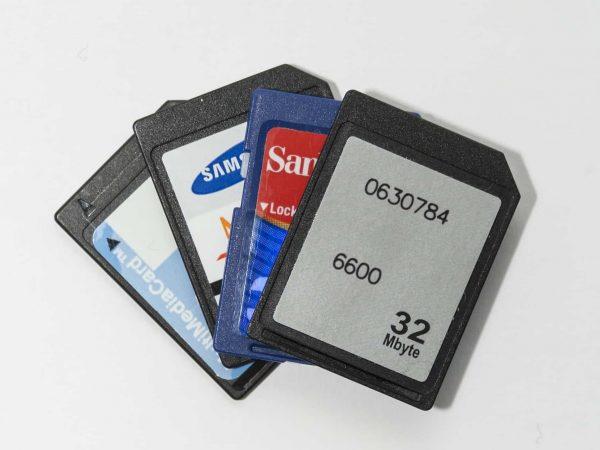 Foto em close com vários cartões SD numa abertura em leque.