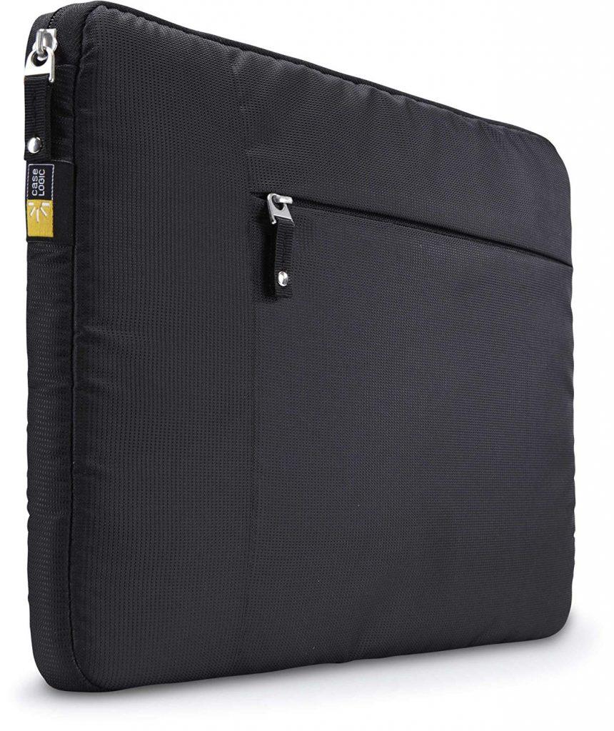 Capa para notebook preta aberta com laptop cinza e bolso externo com tablet azul e fone de ouvido.