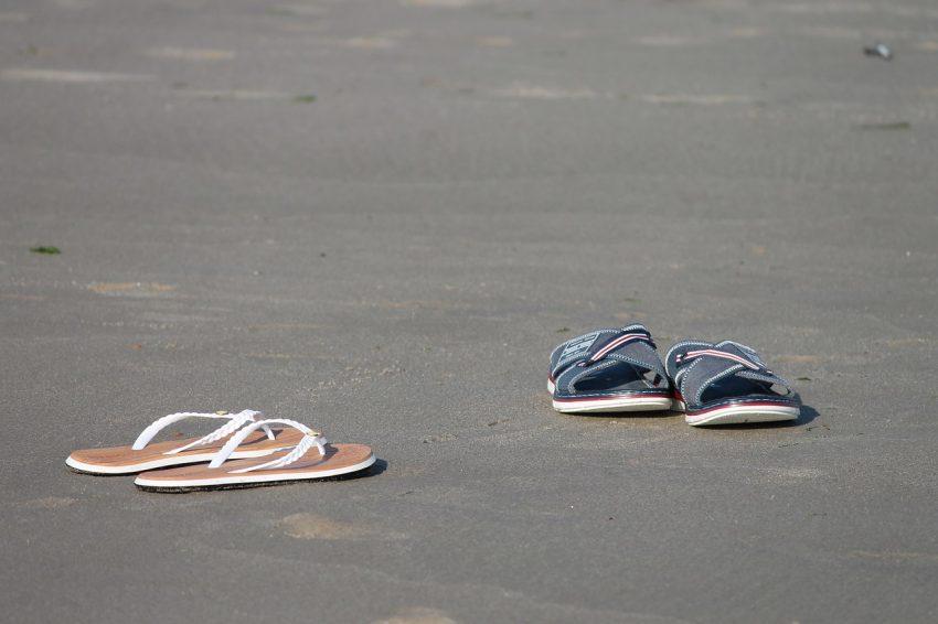 Imagem mostra dois tipos de chinelos com solados, material e modelo de tiras distintos.