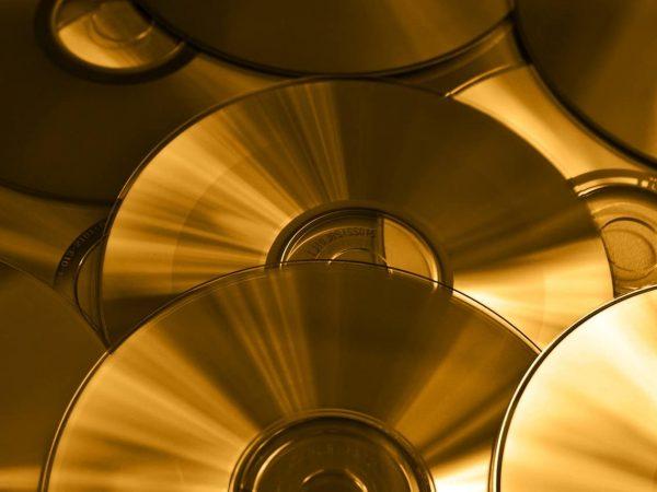 Diversos dvds sobrepostos.