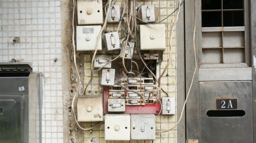 Foto com posição central identificando um emaranhado de fios e interruptores, sendo um dos locais para uso do multímetro.