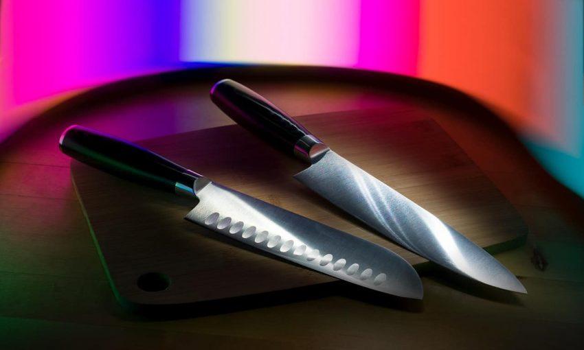 Faca santoku e faca do chef sobre tábua de madeira.