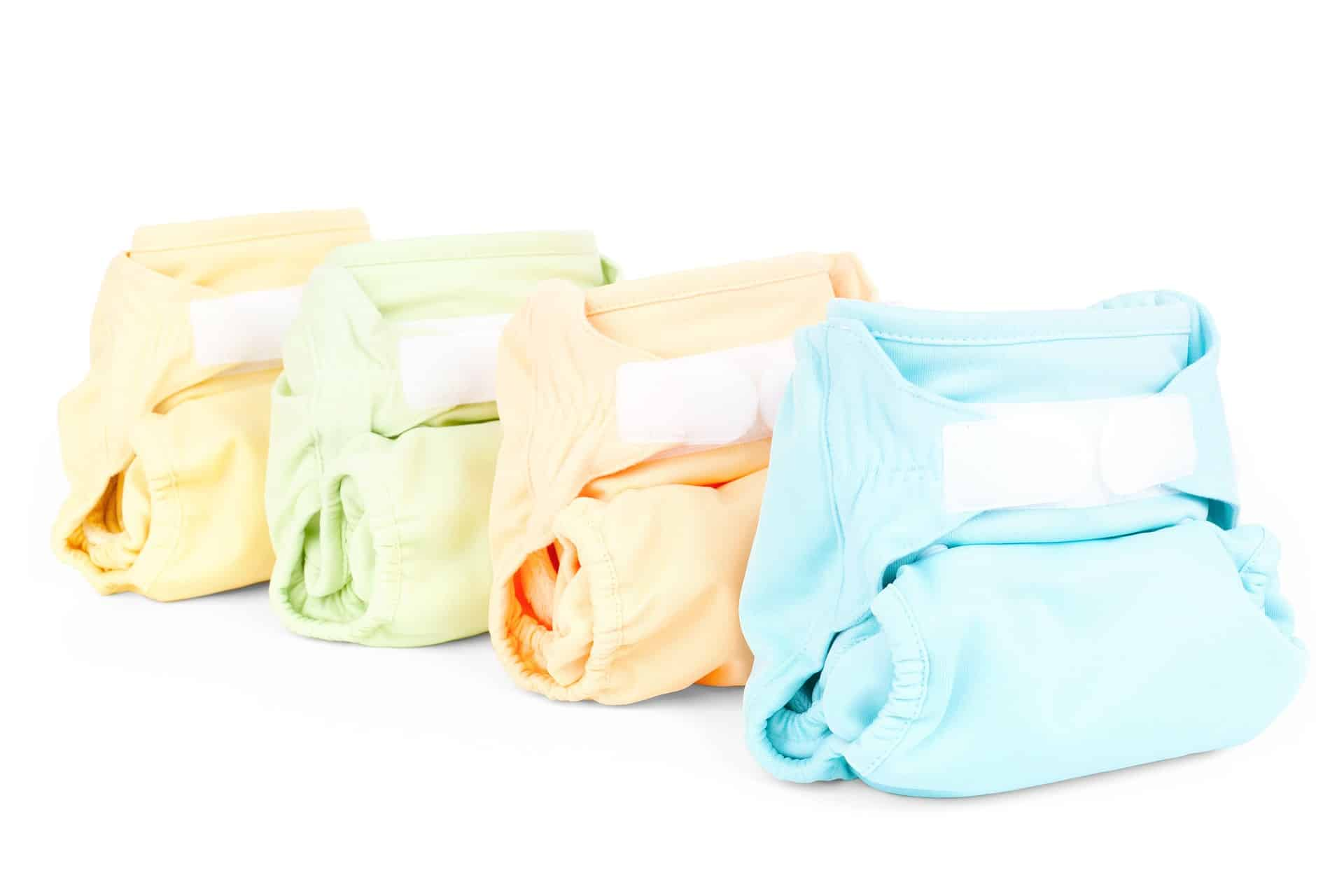 quatro fraldas de pano em fundo branco.