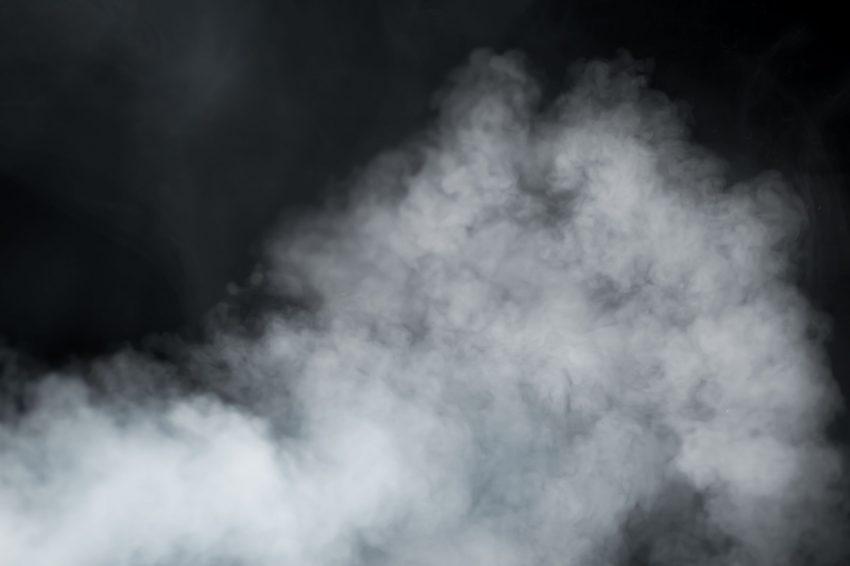 Muita fumaça em fundo preto.