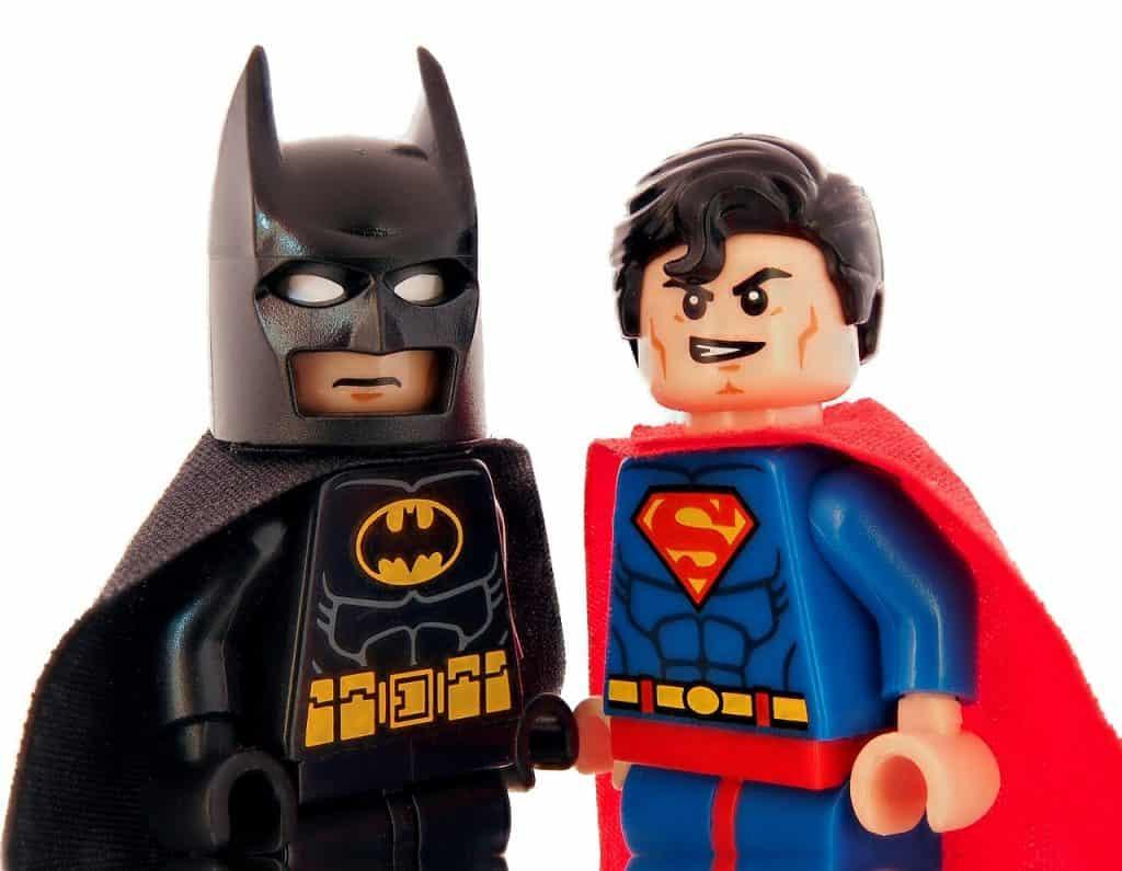 Imagem de personagens clássicos do cinema (Batman e Super Man) na versão Lego
