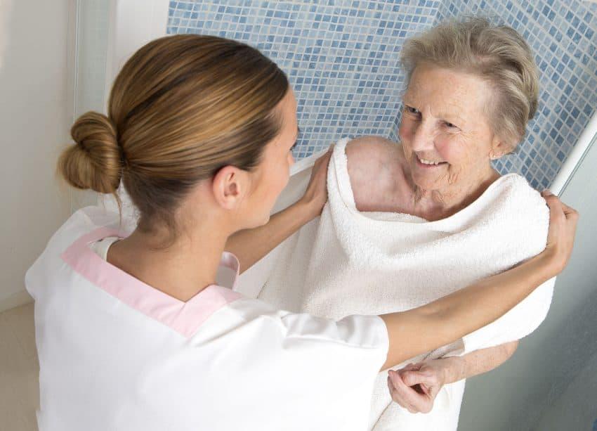 mulher idosa e mulher mais nova de roupão, aparentemente saindo do banho.