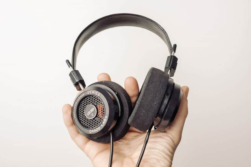 Mão segurando headset.