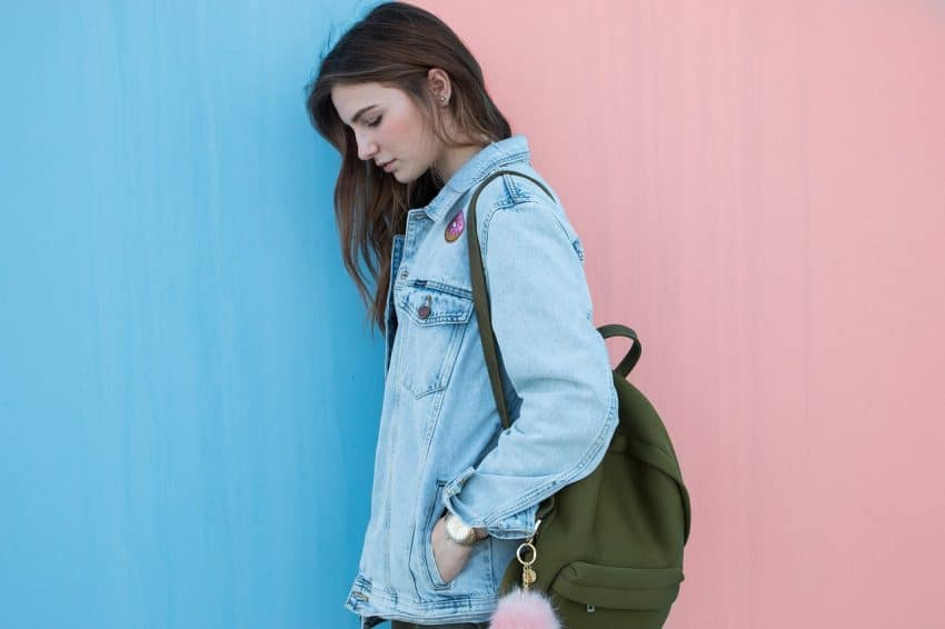 Menina carregando mochila em um ombro.