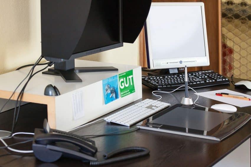 Imagem de uma mesa de trabalho com a mesa gráfica instalada.