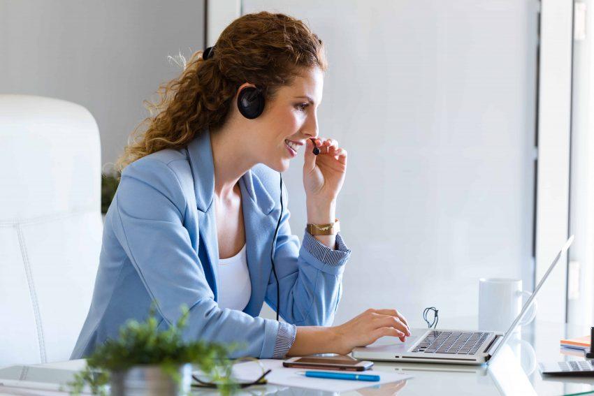 Mulher trabalhando com headset.