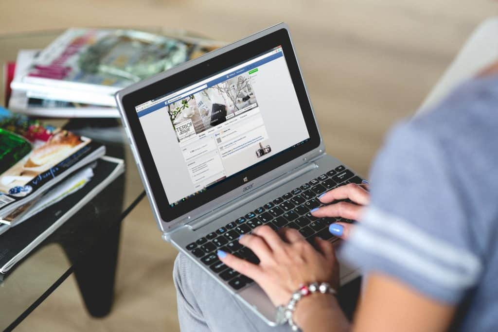 Imagem de uma mulher usando um netbook