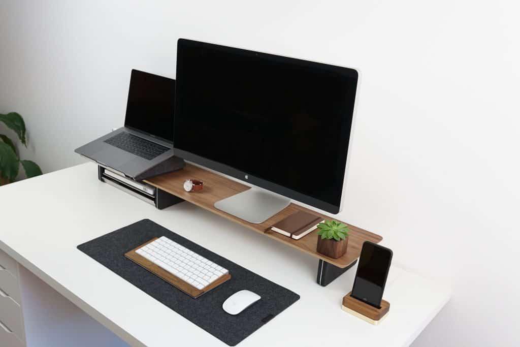 Imagem de um notebook, desktop e um smartphone (da esquerda para a direita, respectivamente)