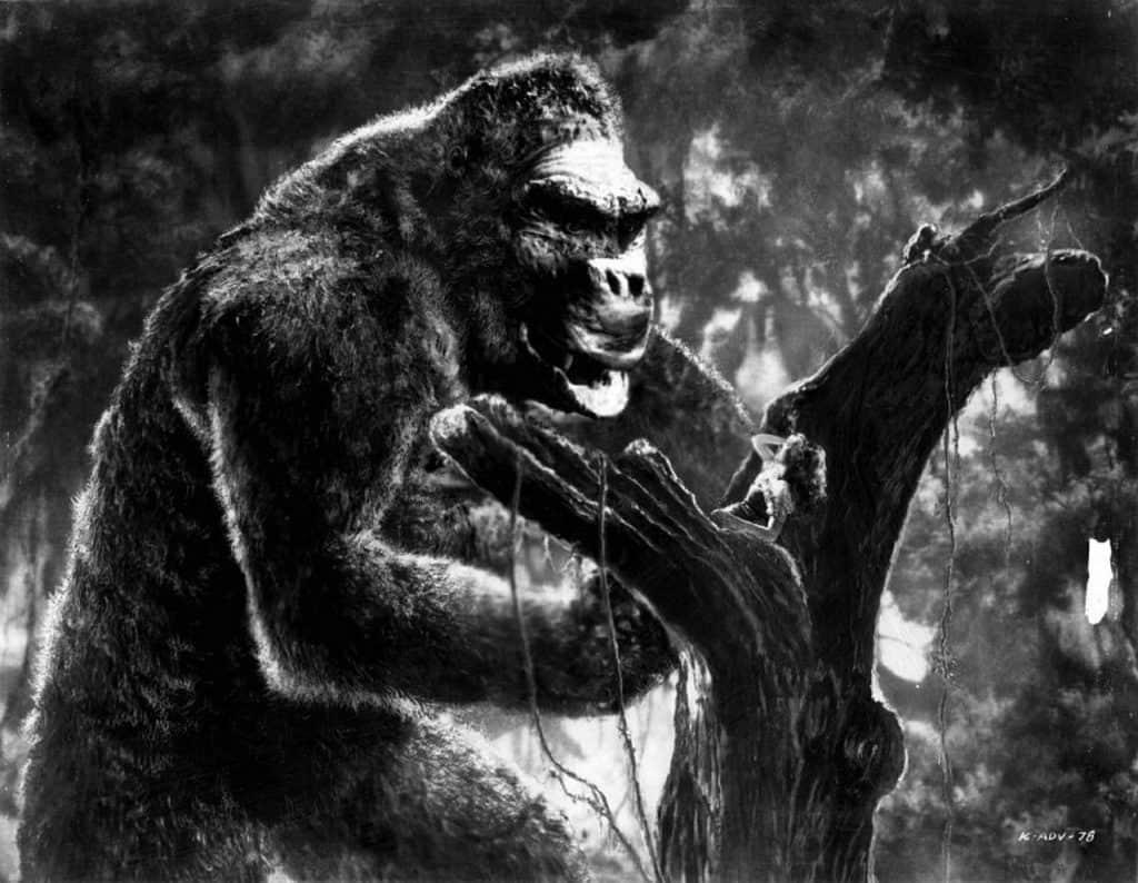 imagem do gorila King Kong andando no meio da selva, mostrando seu poder e força