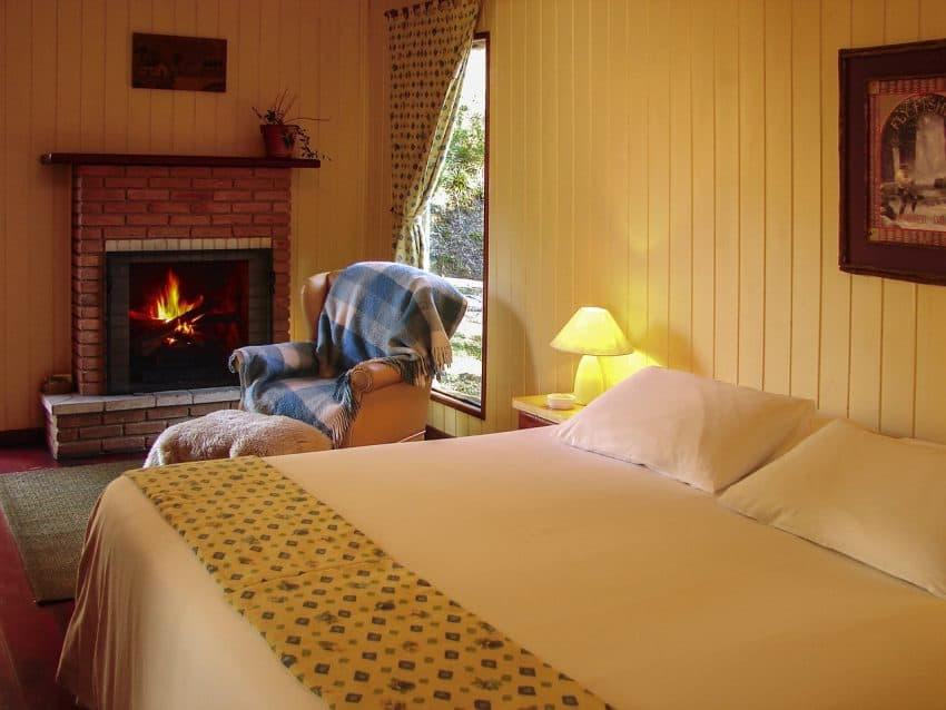 Imagem de um quarto equipado com uma lareira.