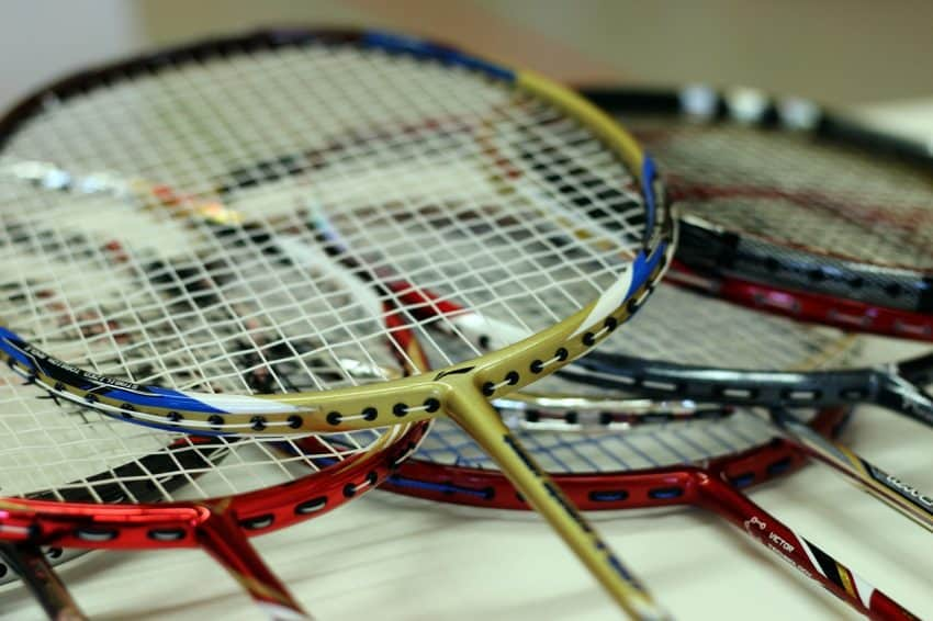 Imagem mostra uma raquetes de badminton em destaque.