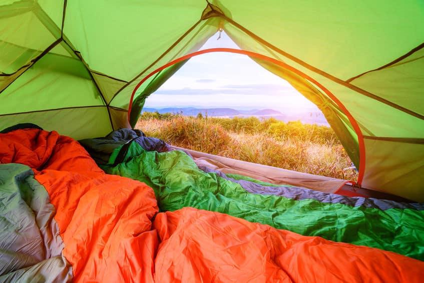dois sacos de dormir dentro de uma barraca