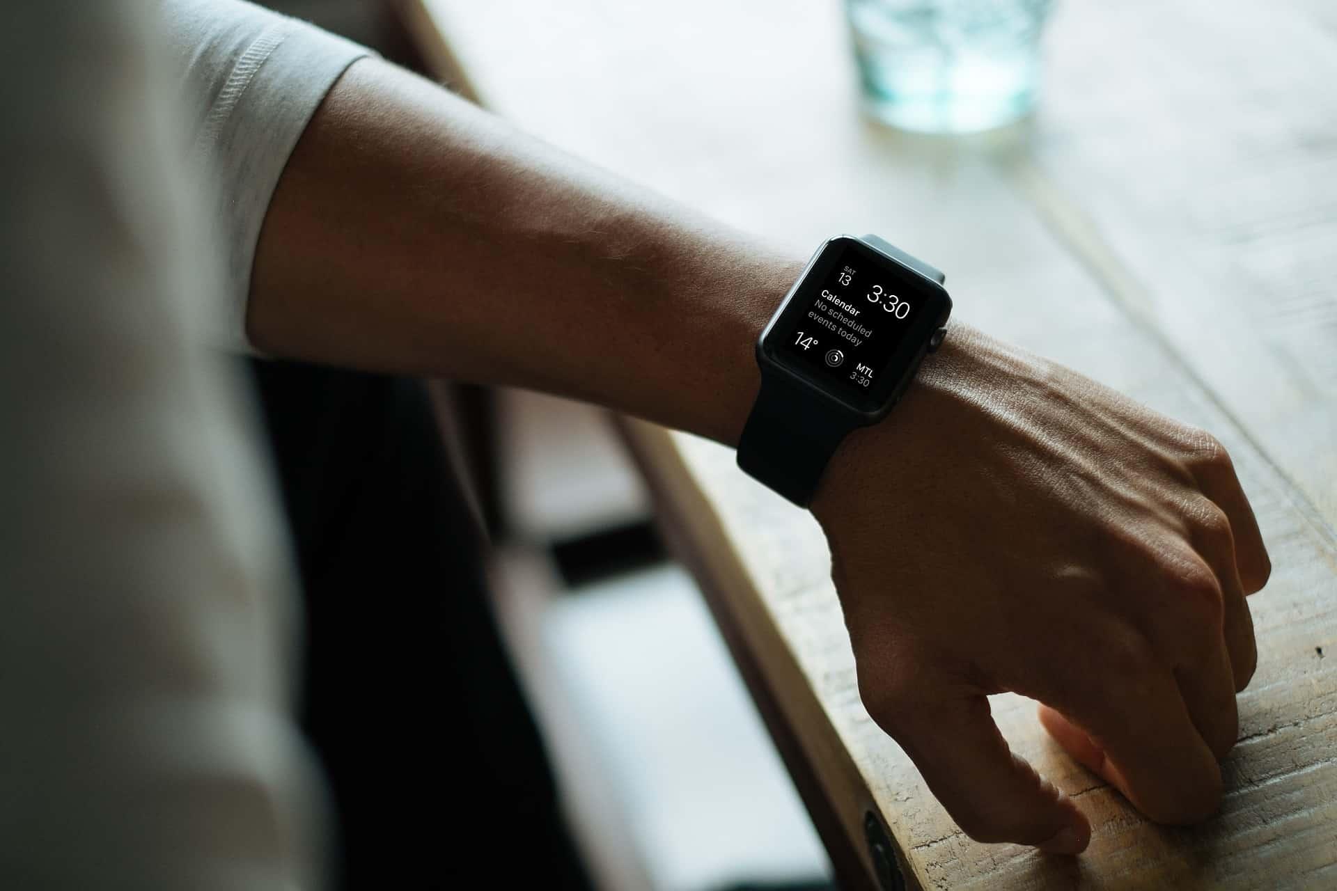 Homem usando smartwatch preto da Apple.