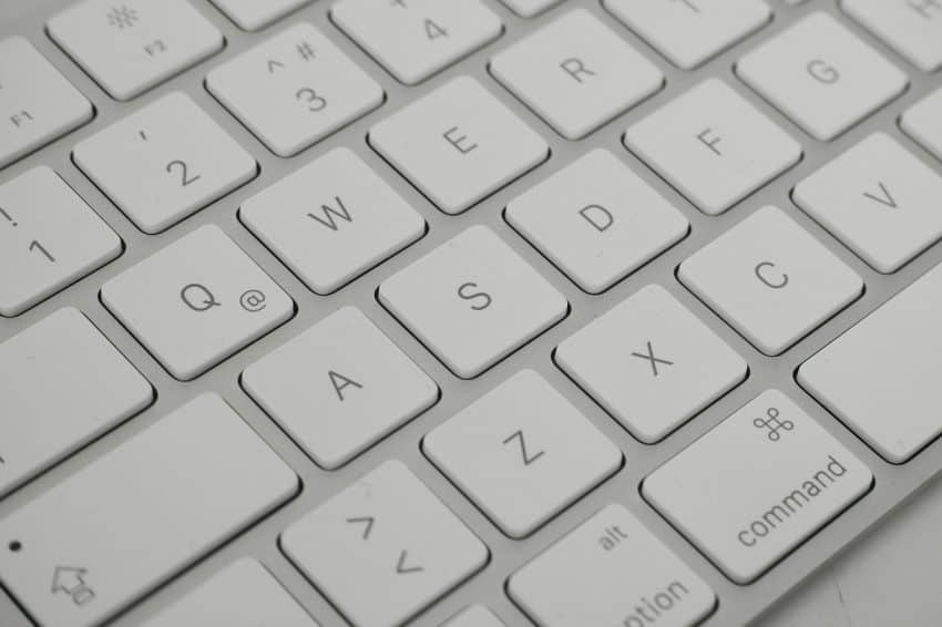 Imagem mostra um teclado com teclas brancas.