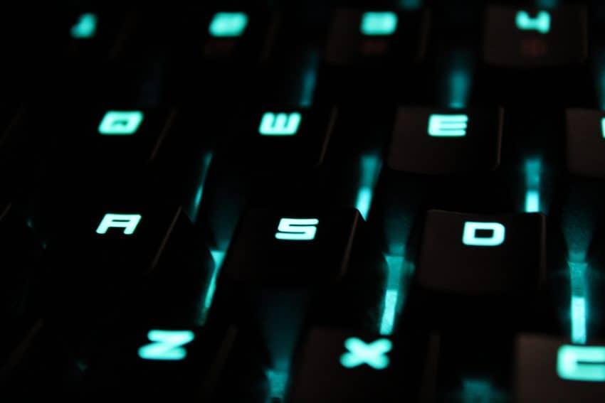Imagem mostra diversas teclas da cor preta em um teclado.